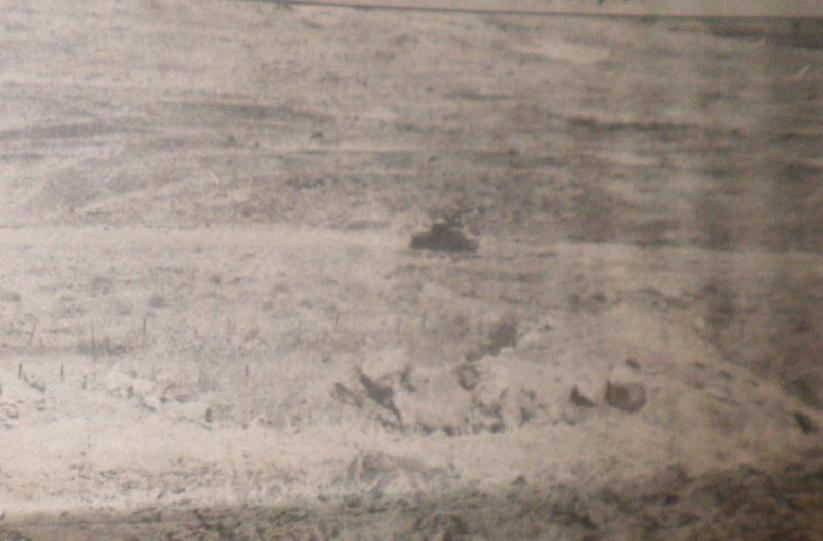 הטנק הפגוע של עזרא ברוש למרגלות חזית תל פאחר (צולם מהמוצב לאחר הקרב)
