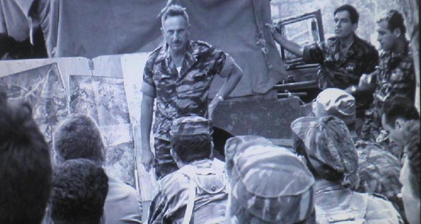 """אל""""מ יונה אפרת, מח""""ט גולני, בתדרוך אחרון ללוחמים לפני היציאה לכיבוש הרמה הסורית (צילום: יוסף לויטה, """"במחנה""""). לחצו להגדלה"""
