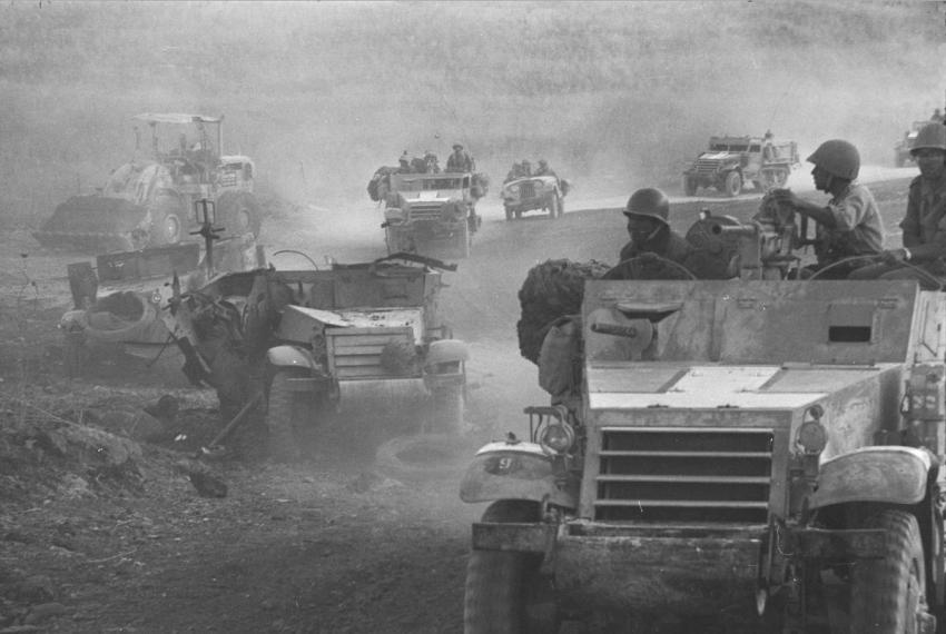 """הפריצה לרמת הגולן: זחל""""ם פגוע של חטיבה 8. צילום: יוסף לויטה """"במחנה"""" (לחצו להגדלה)"""