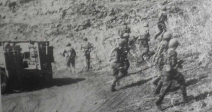 """חיילי גולני מסתערים על תל פאחר (צילום: """"במחנה"""")"""
