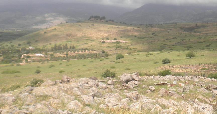 מבט מדרום לצפון ממרומי גבעת האם - אל תל עזזיאת (לחצו - להגדלה)
