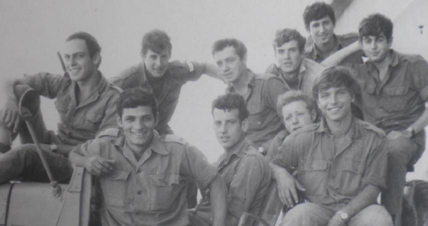 לוחמי סיירת גולני 1969. חלק מהמצולמים לחמו בתל פאח'ר (גרשוני יושב מקדימה ראשון משמאל, פטלוק מעליו קיצוני משמאל)