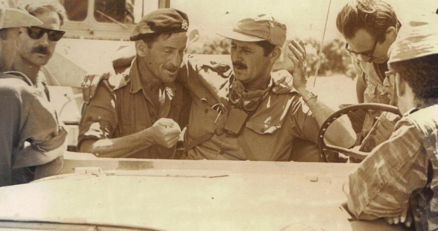 """מג""""ד 377 אמנון חינסקי (בכובע המצחייה) עם רס""""ן גבריאלי """"פייפ"""" (עם הכומתה)"""