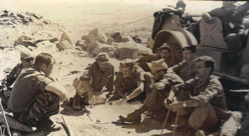 תקופת ההמתנה. אנשי גדוד 377 לומדים את מפת השטח. לחצו להגדלה