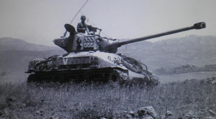 """10 ביוני 1967, טנק בעומק הרמה הסורית. """"חינכו אותנו לנווט עם חצי גוף בחוץ"""". צילום: אלכס אגור """"במחנה"""" / ארכיון צה""""ל"""