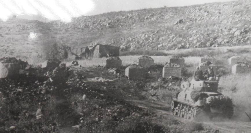"""טנקים ישראלים צולחים מכשולי נ""""ט בדרך לכיבוש הרמה (צילום: אוסף """"במחנה"""" / ארכיון צה""""ל"""
