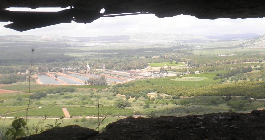 הנוף מהחלון של תל עזזיאת. הסורים יכולים לזרוק חכה לבריכה ולתפוס משהו לארוחת הערב. להגדלה - לחצו על הצילום
