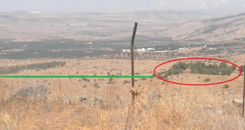 תצפית מציר הנפט מערבה. באדום תל פאחר, הקו הירוק מושך לכיוון עין א-דייסה. להגדלה - לחצו על הצילום