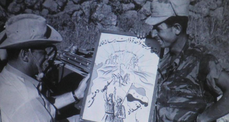 """חייל גולני מעניק לשר אלון קריקטורה סורית שנמצאה במוצב ברוח """"נזרוק את היאהוד לים"""". צילום: אלכס אגור. להגדלה - לחצו"""