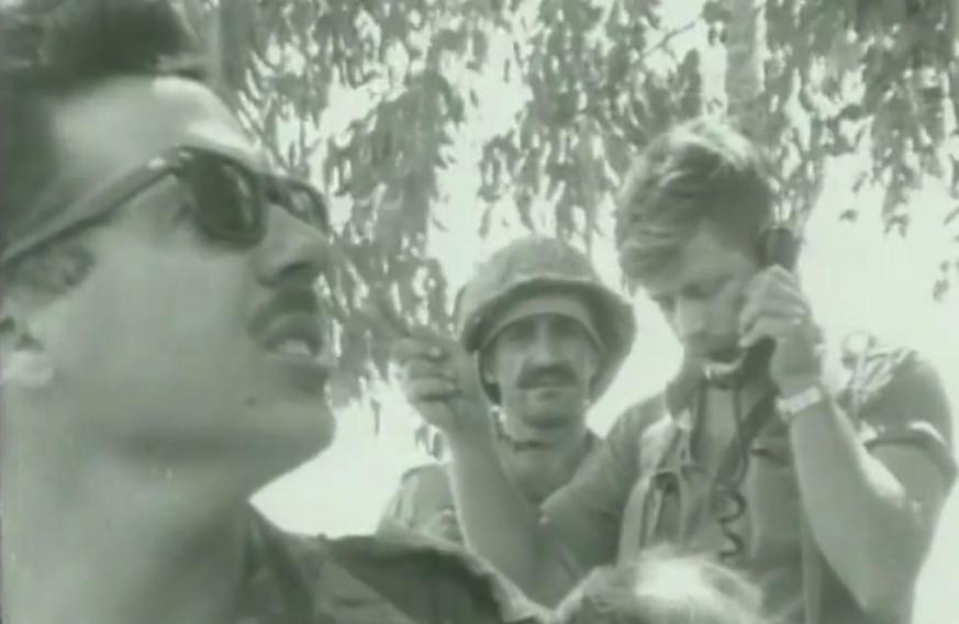 חיילי המסייעת מתעדכנים ועוקבים מלמטה אחרי הקרב