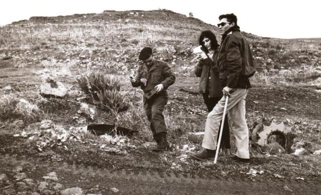 """יולי 1967, עזרא ברוש חוזר למקום בו נפגע הטנק שלו והוא עצמו נפצע קשה.  לרגלי המוצב הצפוני (מצד מערב) מול עמדת התול""""ר כ-60 מ' מהגדרות"""