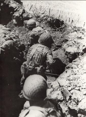 בתעלות (העמוקות פחות) של תל פאחר, צילום משחזור הקרב