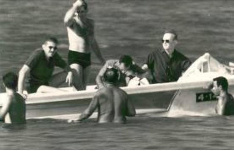 """בסירה בכינרת עם הרמטכ""""ל הנהג. מימין: רבין, גנדלר, דדו (עומד) ועזר וייצמן. צילום: המודיעין הסורי"""