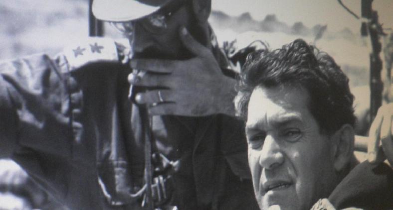 """גנדלר עם דדו במהלך מלחמת ששת הימים. צילום אפרים קדרון / מתוך ארכיון צה""""ל"""