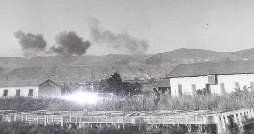 מטוס חיל האוויר (מימין) מפציץ את המוצבים שמעל גדות (להגדלה - לחצו על הצילום)