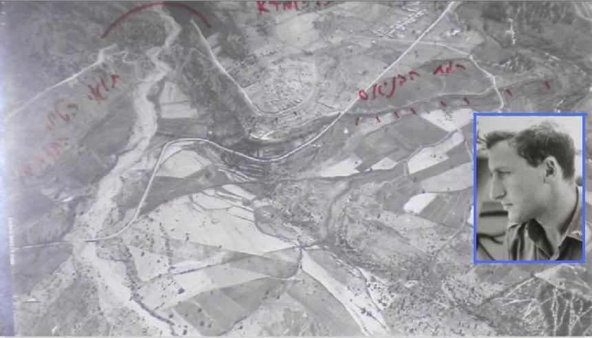 """יהודה שפר בזמן טיסת סיור. ברקע: תצ""""א אלכסוני מגבול ישראל הצפוני"""