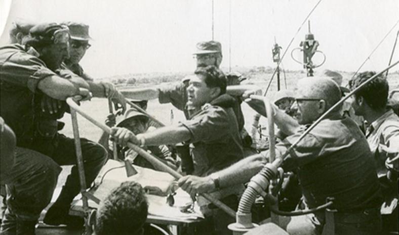"""בזמן כיבוש צפון הגדה, חפ""""ק צפון בהתייעצות (גנדלר במרכז מעל דדו)"""