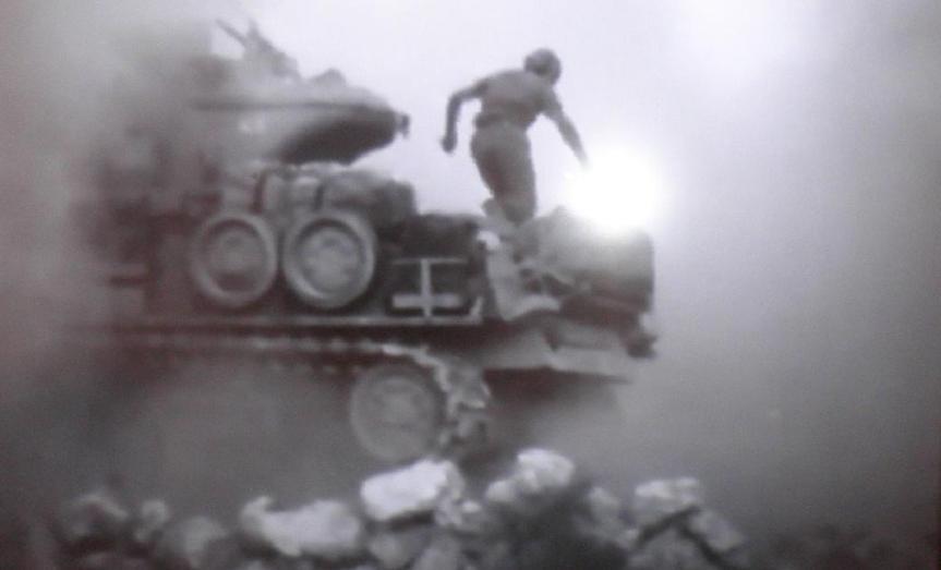 טנקיסט נוטש טנק שנפגע בדרך לתל פאחר. לא ברור אם הצילום מהקרב ב-9.6.67 או מהשחזור
