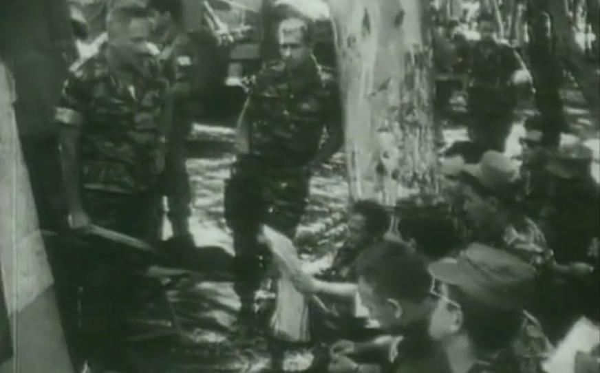 """קבוצת הפקודות של חטיבת גולני. משמאל המח""""ט יונה אפרת, המג""""ד מוסא קליין נראה תחתיו כשהוא מעיין במפה (להגדלה - לחצו)"""