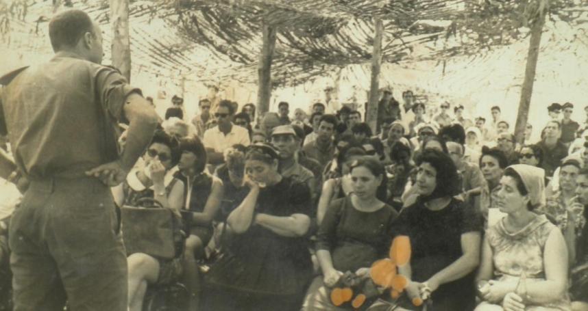 אתם יכולים להאשים רק אותי. מנו שקד מול המשפחות השכולות של חיילי חטיבה 3. צילום: ביקו, טבריה. להגדלה - לחצו על התמונה