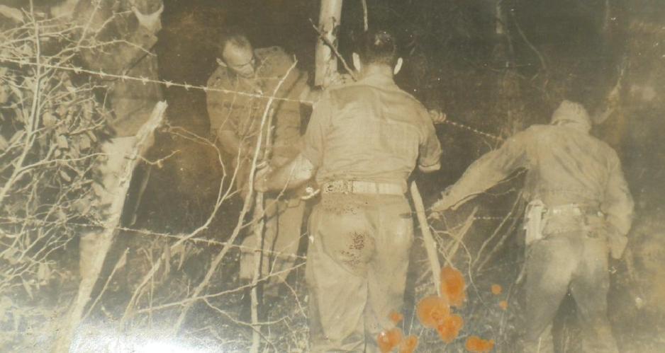 בראש פינה, לפני המלחמה. שקד ואנשיו מתקינים גדר תיל לאימוני חיילי המילואים