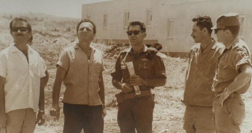 מנו שקד (מימין) ואלוף פיקוד צפון דוד אלעזר בסיור באחד הקיבוצים