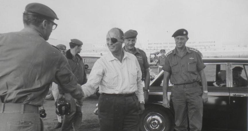 """מנו שקד (משמאל) עם משה דיין אחרי המלחמה. """"שאלתי אותו אם הוא רוצה שאני יעלה אותו על מוקש"""""""