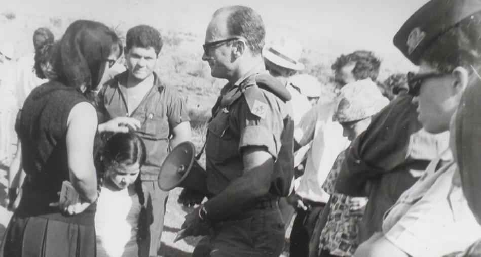 אחרי המלחמה: עם אם ובתה ששכלו את הבעל והאב. עבר עם כל משפחה והראה לה היכן לחם הבן. צילום: ביקו, טבריה