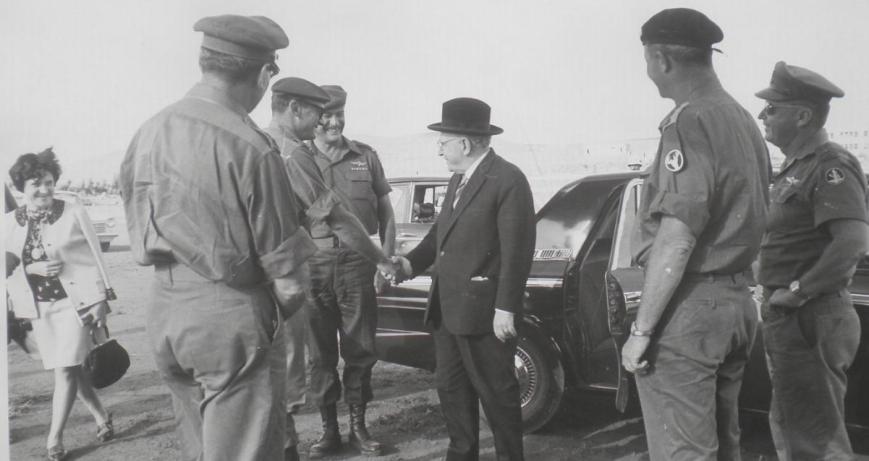 """אחרי המלחמה - לוחץ יד לנשיא המדינה זלמן שזר. מימין הרמטכ""""ל יצחק רבין"""