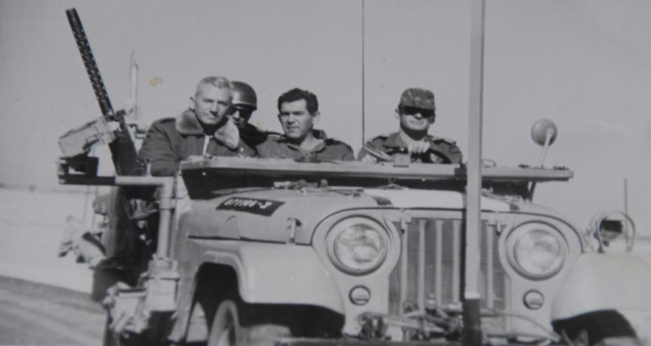 """מנו שקד (הנהג) עם אלוף פיקוד צפון דוד אלעזר וסגן הרמטכ""""ל חיים בר לב (להגדלה - לחצו על הצילום)"""