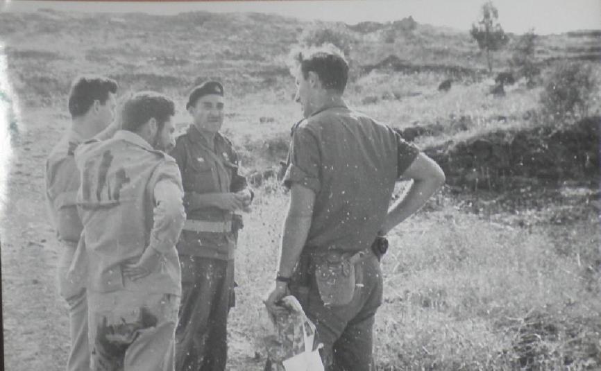 """תל עזזיאת, יוני 1967. מימין: יהודה שפר, חוקר שבויים, מפקד המוצב אבו עזאר ורס""""ן אלי הלחמי מאמ""""ן. להגדלה - לחצו על הצילום"""