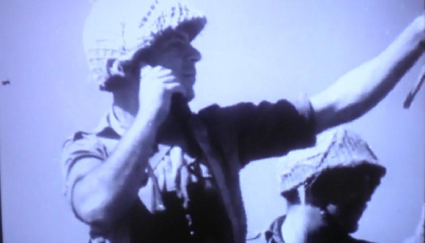 נוע, נוע. אחד ממפקדי גולני (מישהו מזהה?) על הרמה ביוני 1967