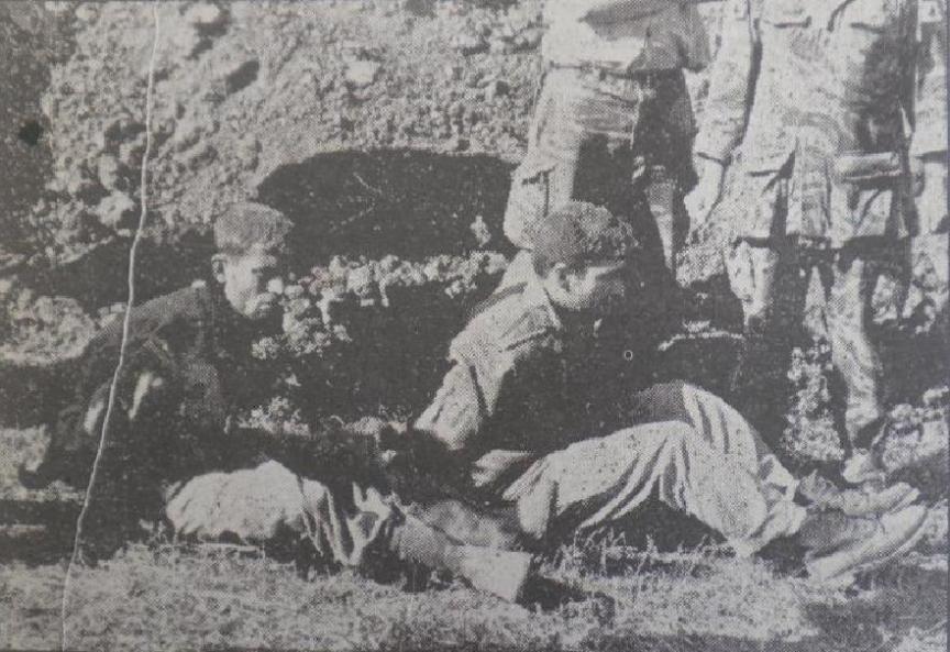 """מפקד תל עזזיאת, אבו עזאר (מימין), וסגנו לאחר שנכנעו בתום הקרב על המוצב. צילום: """"במחנה"""""""
