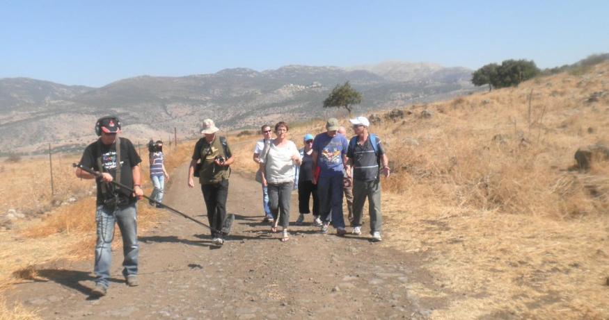 """למרגלותיו המערביים של תל פאחר. ביזר (מימין) מוביל את המסע בעקבותיו של יואל זבדי ז""""ל (להגדלה - לחצו על הצילום)"""