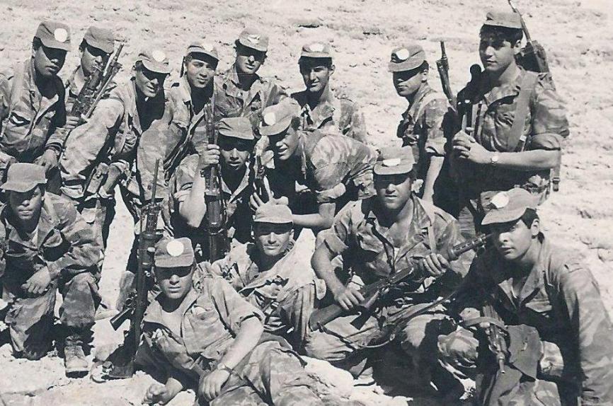 פלוגה א' של גולני 1967. יושב שני מימין: דוד שירזי (עם רובה FN). שכב על הגדרות בשביל החברים וזכה באות הגבורה. להגדלה - לחצו