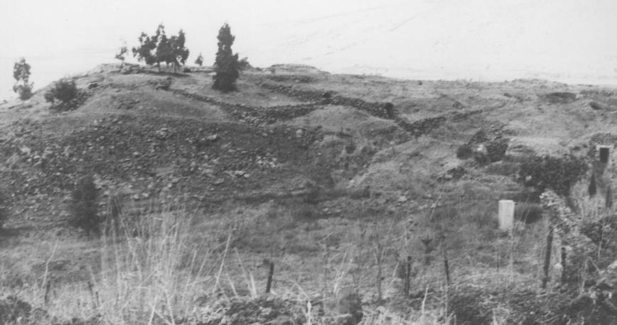 """החלק הצפוני של תל פאחר במבט מהמוצב הדרומי, צולם ביולי 1967 ע""""י דני ביזר"""