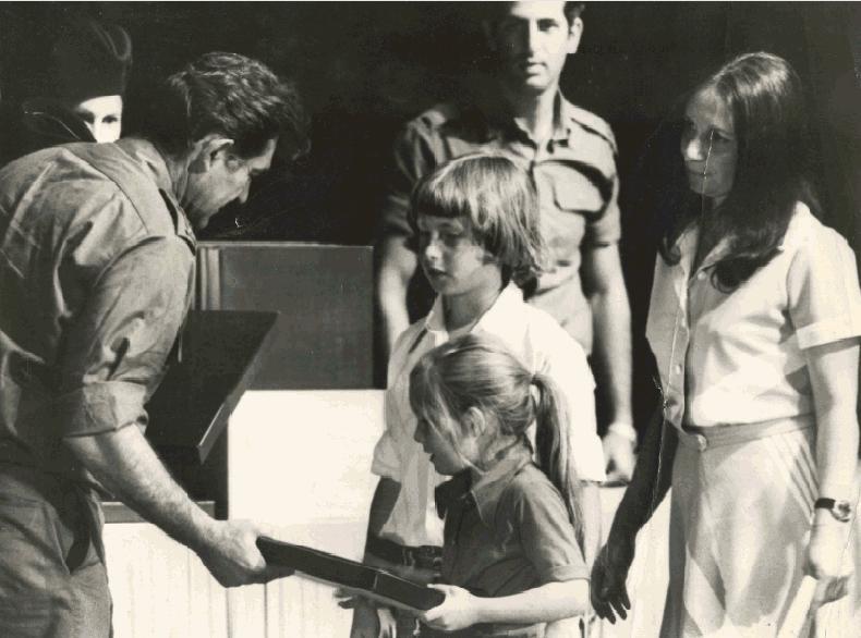 """1972, האם שרה והילדים דודי ואיילת קליין בקבלת הצל""""ש לאב ולבעל שנהרג - מידי הרמטכ""""ל דוד אלעזר (להגדלה - לחצו על הצילום)"""