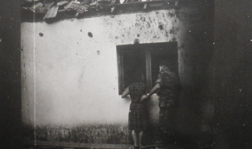 בית באחד מישובי הצפון (כנראה גדות) שהופגז בששת הימים. דיין ורבין אמרו שאפשר היה להמשיך לחיות תחת ההטרדות הסוריות
