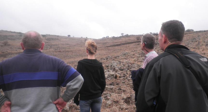 במעלה הגבעה לעין א-דייסה. מימין: דודי קליין, דני ביזר, עדי קליין וישראל הוברמן