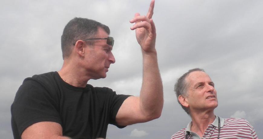 """איך זה קרה, למה ואיפה. דודי קליין (משמאל), בנו של המג""""ד מוסא קליין שנהרג בתל פאחר, מקבל הסברים מדני ביזר"""