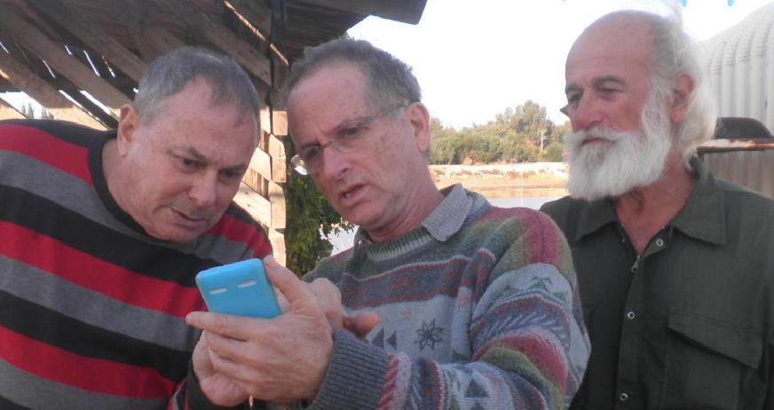 """פליקס רוטר (מימין), דני ביזר ומנחם רובינשטיין מנסים למצוא את המיקום המדויק בו נמצא המג""""ד ההרוג מוסא קליין"""