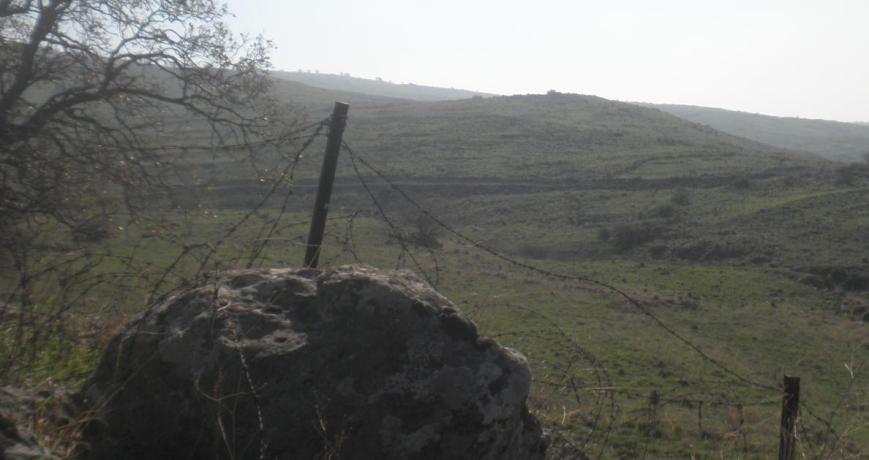 """""""גבעת הרתק"""" - מבט מהתל הדרומי של תל פאחר"""