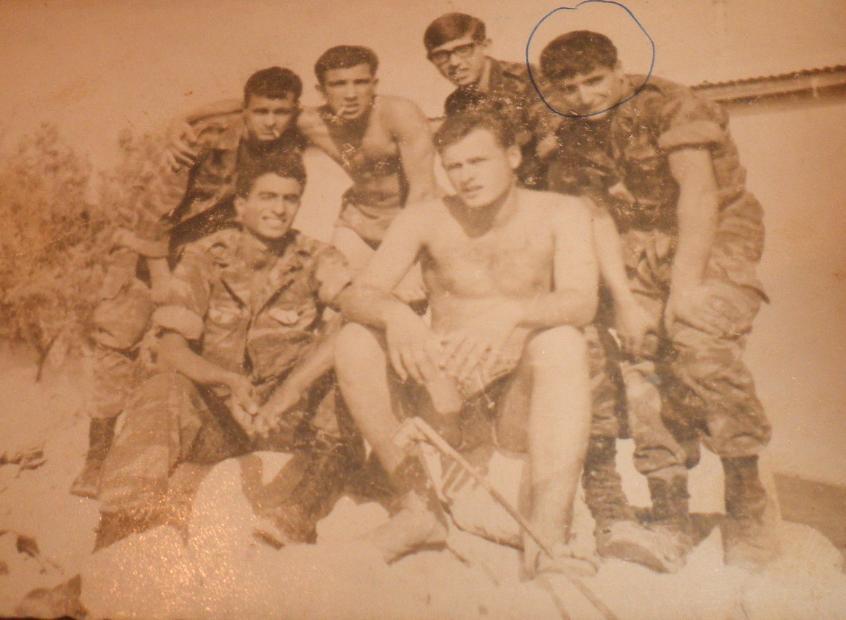 דב רוזנבלום (בחזית הצילום) עם חייליו. הפגין סוג מנהיגות שקטה