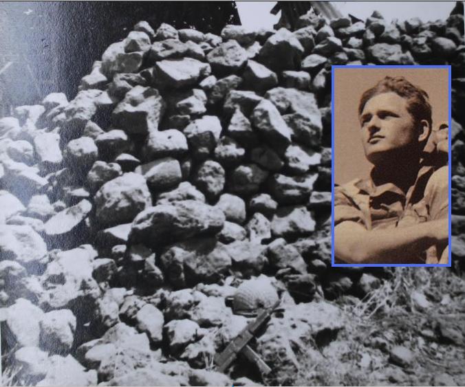 הקסדה והעוזי של דב רוזנבלום במקום בו נהרג למרגלות הסככה במוצב הדרומי של תל פאחר (צילום: דני ביזר)