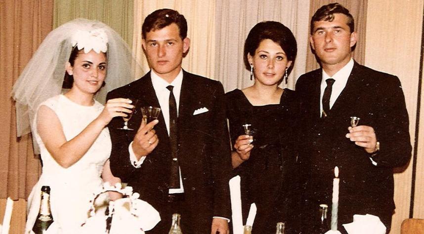 1966, האחים רוזנבלום והרעיות בחתונת האח הצעיר. מימין: מוטי ולביאה, דב וסאלי
