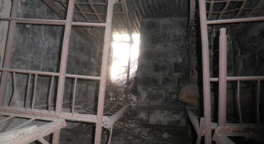 ארבע מיטות קומותיים באחד הבונקרים בחלק הדרומי