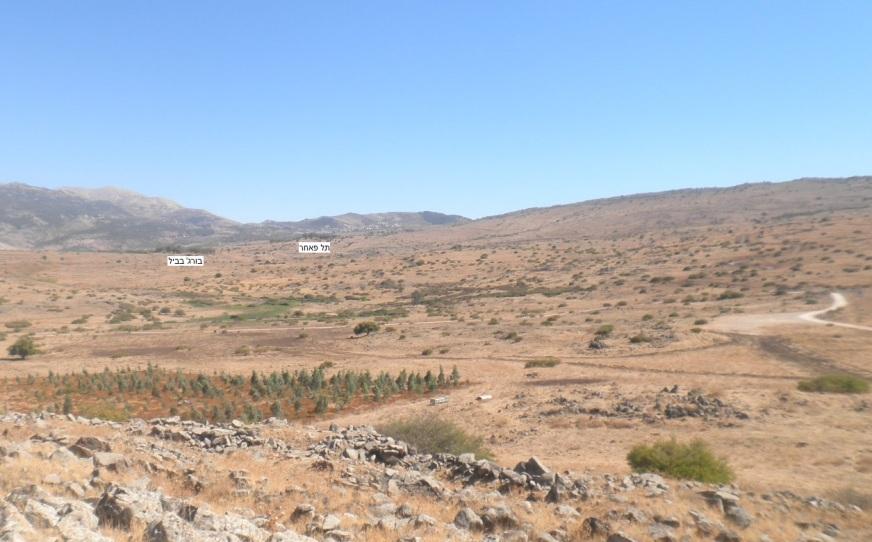 כך נראה השטח מגבעת האם ועד תל פאחר. לאורך הרכס בחצי הגובה - ציר ההטיה שלאורכו נע גדוד 12 (להגדלה - לחצו)