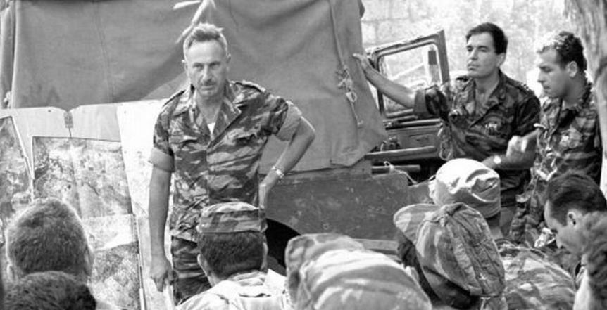 """קבוצת פקודות במחנה פילון (כנראה ב-8 ביוני 67'). עומדים משמאל: המח""""ט יונה אפרת, הקמ""""ן אורי שמחוני וע' קמב""""צ עודד שחר (שוורץ). צילום: """"במחנה"""", ארכיון צה""""ל"""