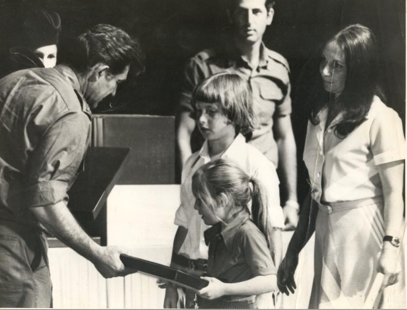 """1973, שרה, דודי ואיילת קליין מקבלים מהרמטכ""""ל דוד אלעזר את אות המופת עבור מוסא"""