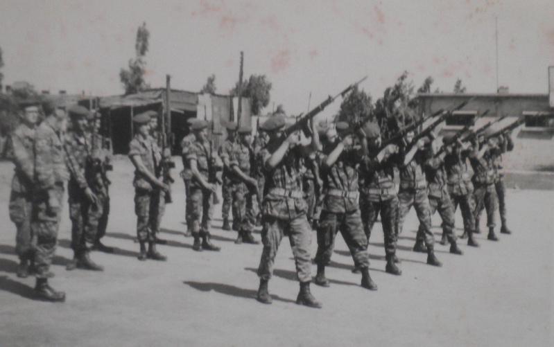 """ישי יהושע (שני משמאל בדרגת סמ""""ר) מפקד בקונייטרה על אימוני משמר הכבוד להלוויית מוסא קליין"""